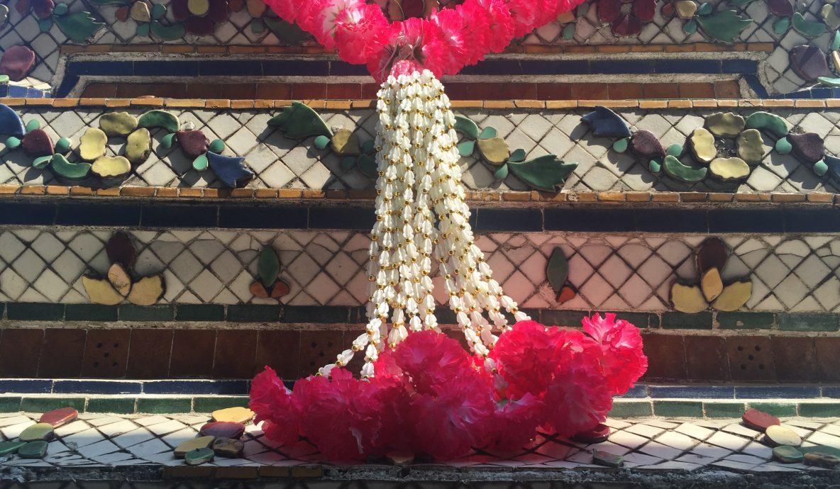 Bloemenketting bij Thaise tempel