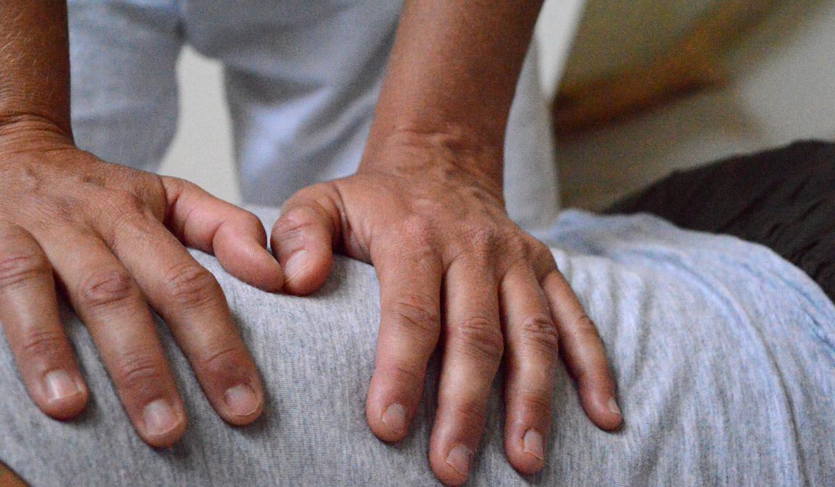 twee handen masseren rug