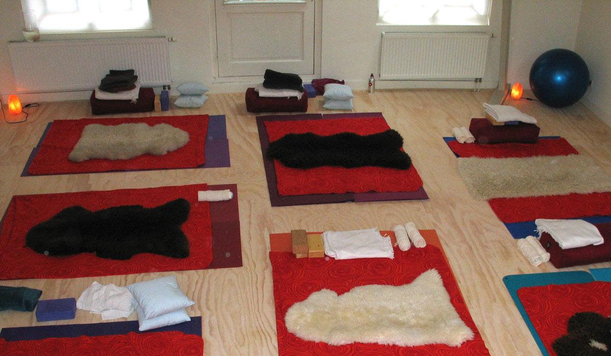 ruimte met yogamatjes